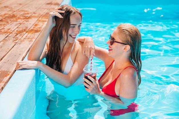 Felices amigos disfrutando de sus vacaciones. Foto gratis
