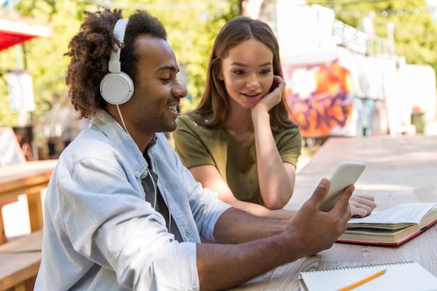 Felices jóvenes amigos multiétnicos estudiantes hablando entre sí Foto gratis