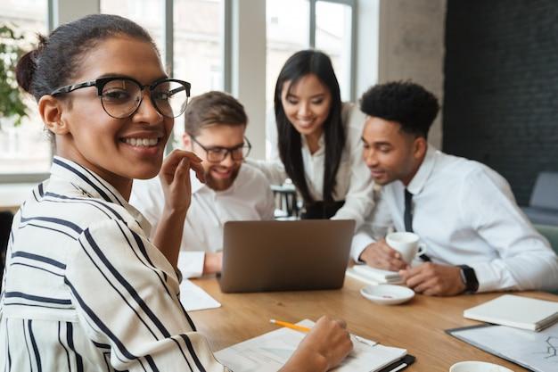 Felices jóvenes colegas de negocios en el interior Foto gratis
