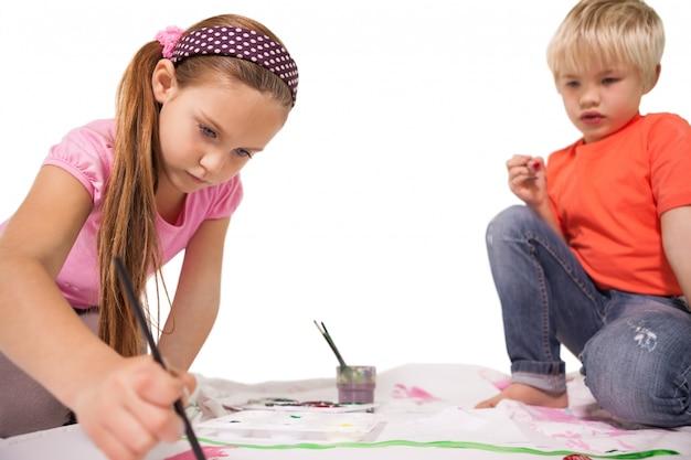 Felices niños pintando en el piso | Descargar Fotos premium