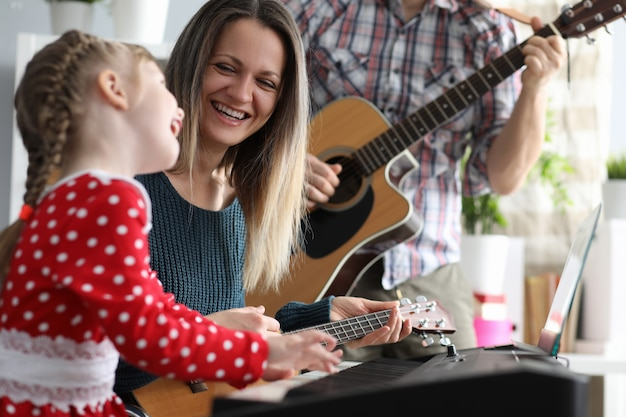 Felices padres con niño Foto Premium