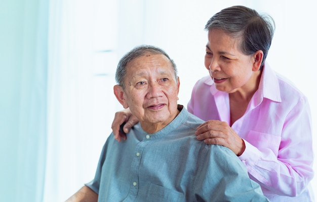 Felices parejas asiáticas mayores se apoyan mutuamente, enfoque selectivo Foto Premium