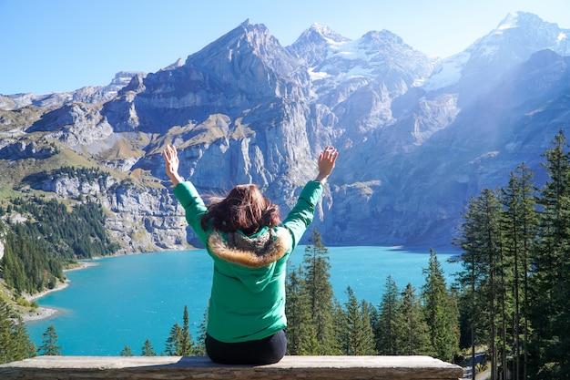 Felicidad excursionista joven viajero asiático disfruta de la increíble vista del lago oeschinensee Foto Premium