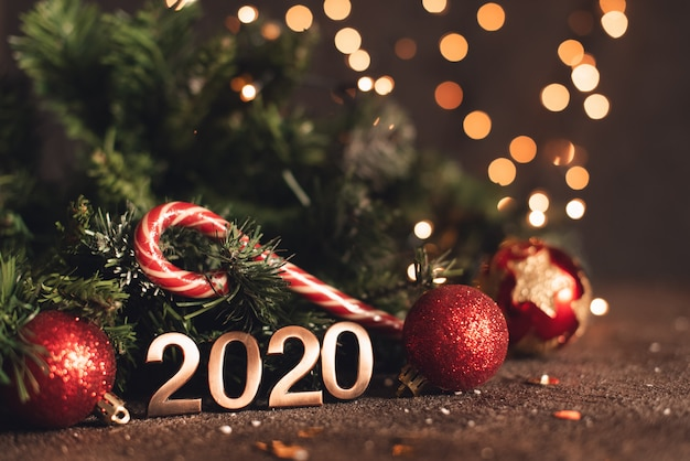 Feliz año nuevo 2020. símbolo del número 2020 sobre fondo de madera Foto Premium