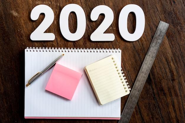 Feliz año nuevo 2020 con útiles de oficina Foto gratis