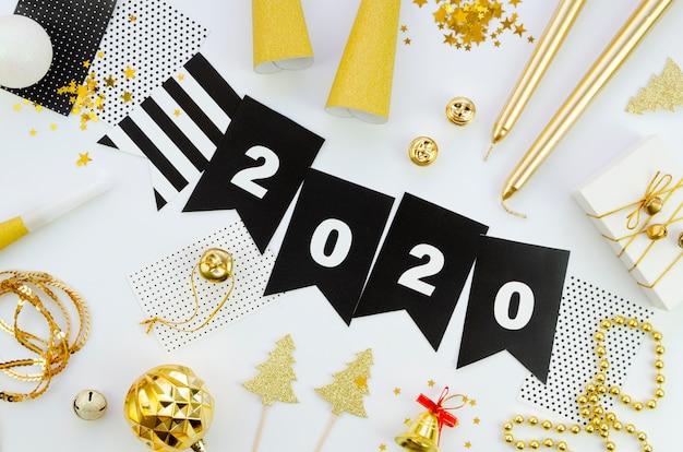 Feliz año nuevo con números 2020 y accesorios. Foto gratis
