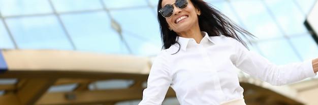 Feliz bella mujer contenta en Foto Premium