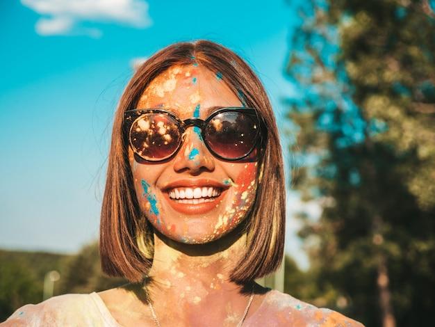 Feliz bella mujer después de la fiesta en el festival de colores holi Foto gratis