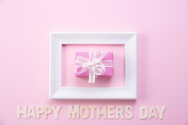 Feliz día de la madre concepto. vista superior del marco de fotos y caja de regalo. Foto Premium