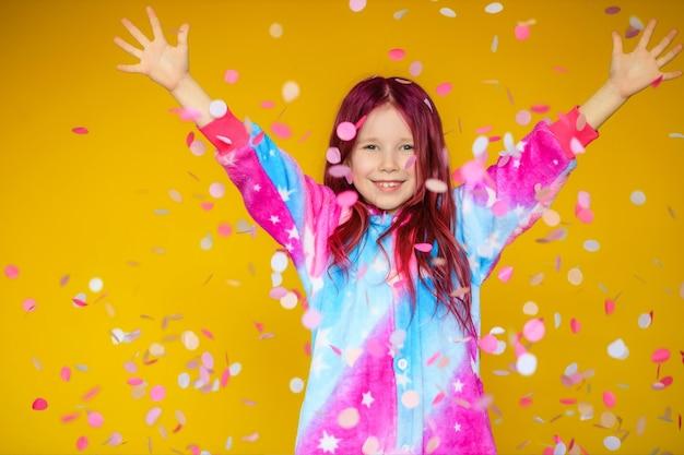 ¡feliz día de la madre! la hija del niño felicita a mamá y le regalará una postal Foto Premium