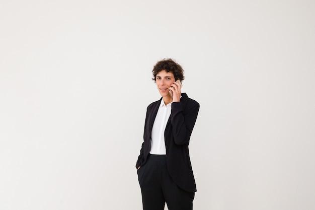 Feliz empresaria hablando por teléfono inteligente Foto gratis