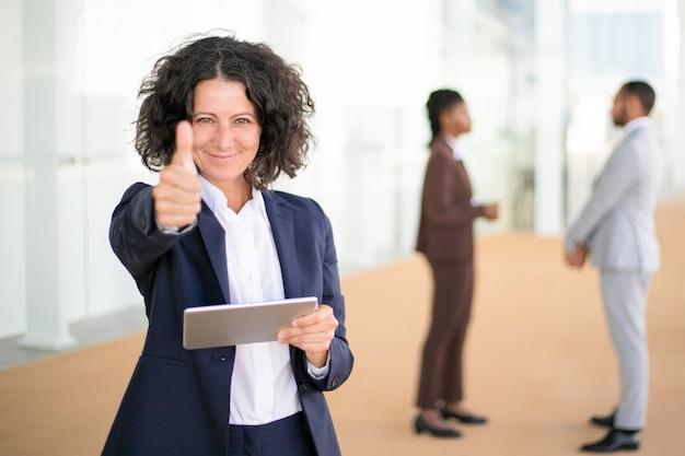 Feliz empresaria recomendando nueva aplicación de negocios Foto gratis