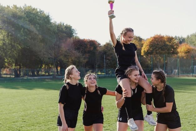 Feliz equipo ganando un trofeo Foto gratis