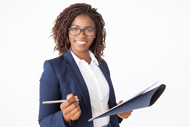 Feliz exitoso líder empresarial firma acuerdo Foto gratis