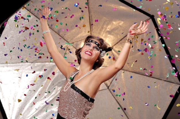 Feliz fiesta mujer manos de arriba Foto gratis
