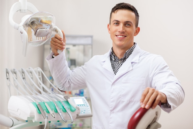 Feliz guapo dentista hombre sonriendo alegremente, Foto Premium