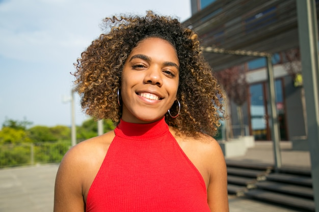 Feliz hermosa chica estudiante afroamericana Foto gratis
