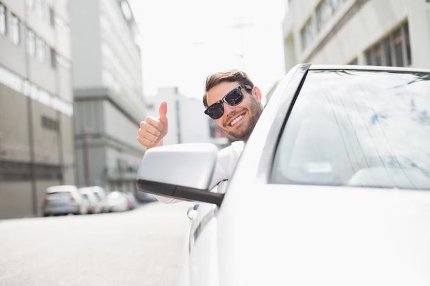 Feliz hombre de negocios en el asiento del conductor Foto Premium