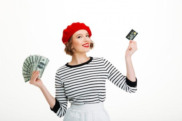 Feliz joven con dinero dólares y tarjeta de crédito Foto gratis