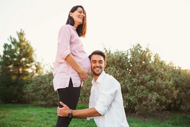 Feliz y joven pareja embarazada Foto gratis