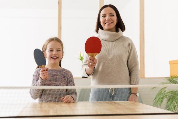 Feliz madre e hija haciendo deporte Foto gratis