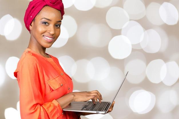 Feliz mujer afroamericana con laptop Foto Premium