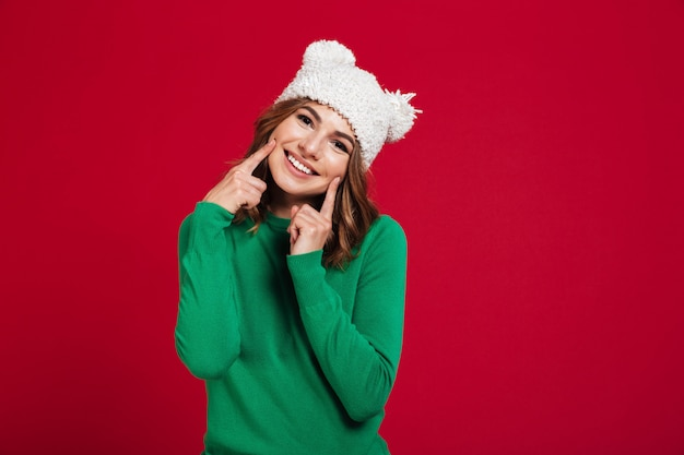 Feliz mujer bonita joven con sombrero. Foto gratis