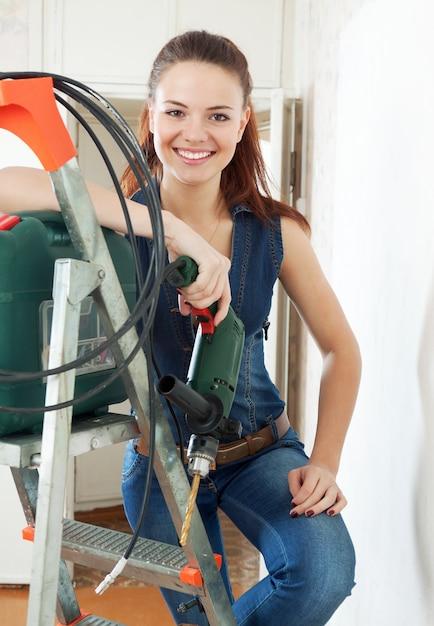 Feliz mujer constructor Foto gratis