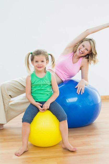 Feliz mujer embarazada haciendo ejercicio en pelota de ejercicios ... 3aed2470eceb