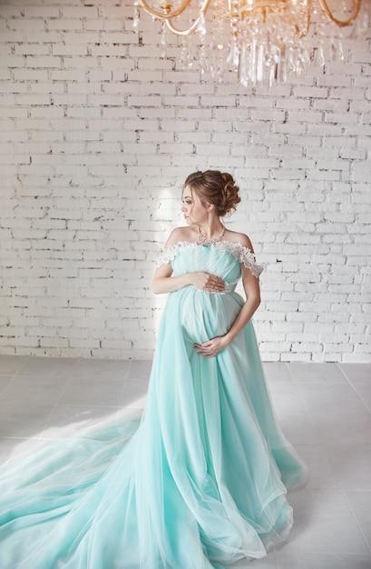Feliz Mujer Embarazada En Vestido De Noche Largo Foto Premium
