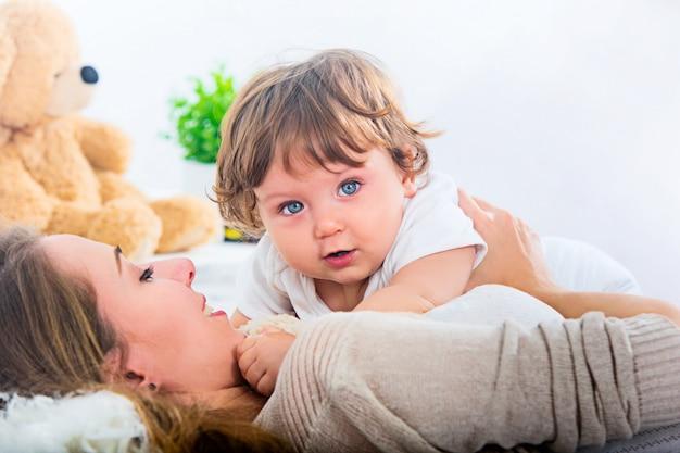 Feliz, mujer, con, hijo Foto gratis