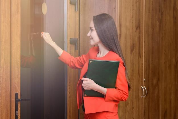 Resultado de imagen para mujer tocando la puerta