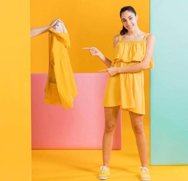 Feliz mujer en vestido amarillo Foto gratis