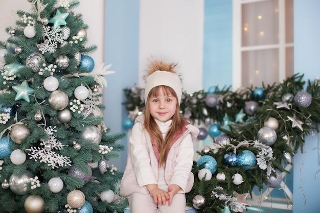 Feliz Navidad Felices Fiestas Año Nuevo Niña Se Sienta