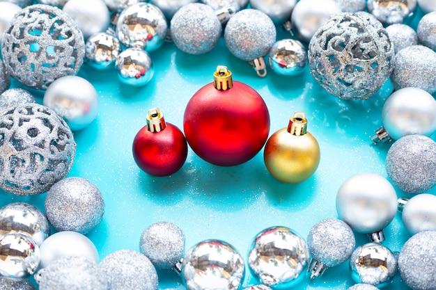 Feliz navidad y felices fiestas, decoración de adornos navideños Foto Premium
