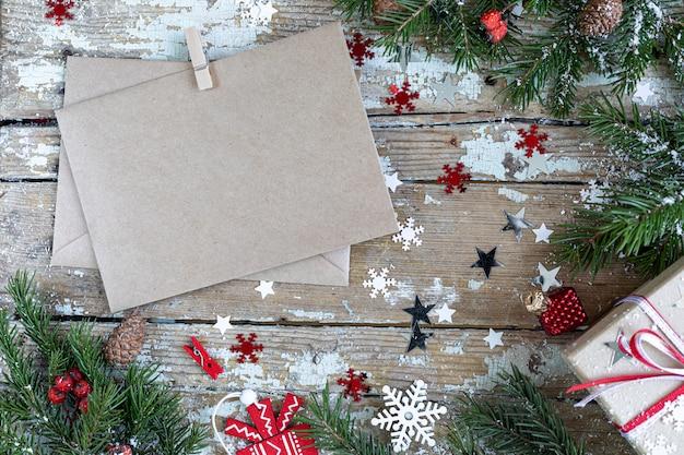Feliz navidad y felices fiestas tarjeta de felicitación, marco, banner. año nuevo. tarjeta de feliz año nuevo con nieve sobre fondo de madera. tema de vacaciones de navidad de invierno. endecha plana. Foto gratis