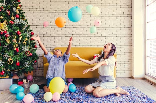 Feliz Navidad Hermanos Y Hermanas Juegan Juegos De Globos Navidenos