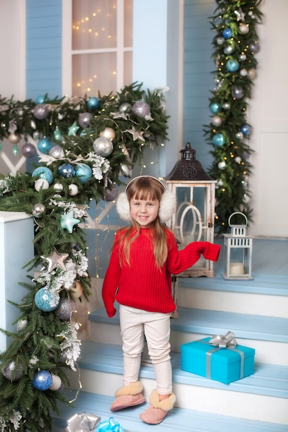 Feliz Navidad Niña Se Encuentra Con Regalo En El Porche De
