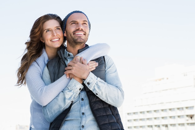 Feliz pareja abrazándose y sonriendo al aire libre Foto Premium
