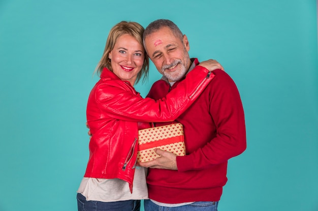 Feliz pareja de ancianos abrazándose foto de estudio Foto gratis