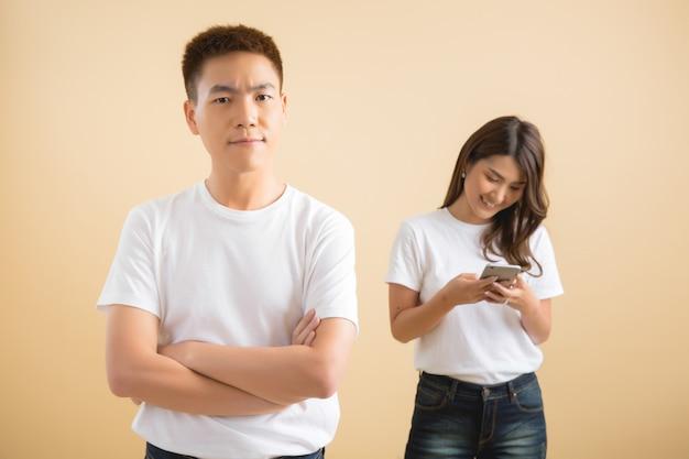 Feliz pareja asiática en estudio Foto gratis