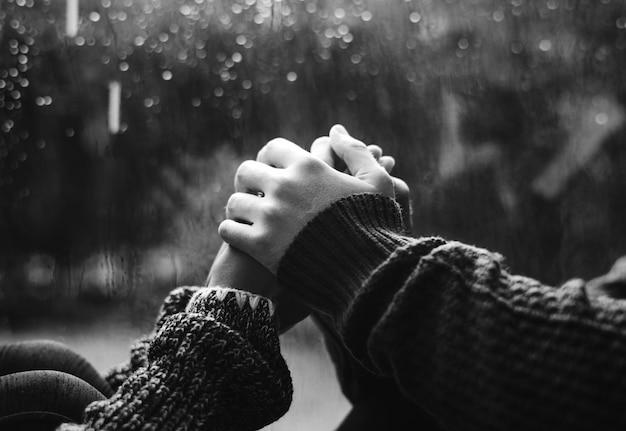Feliz pareja cogidos de la mano por la ventana Foto gratis