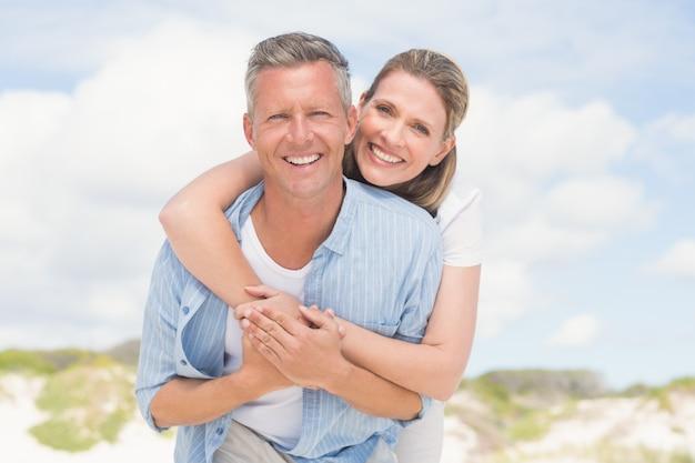 Feliz pareja divirtiéndose juntos Foto Premium