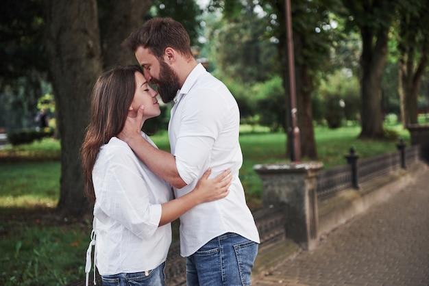 Feliz pareja de enamorados en la calle. Foto gratis