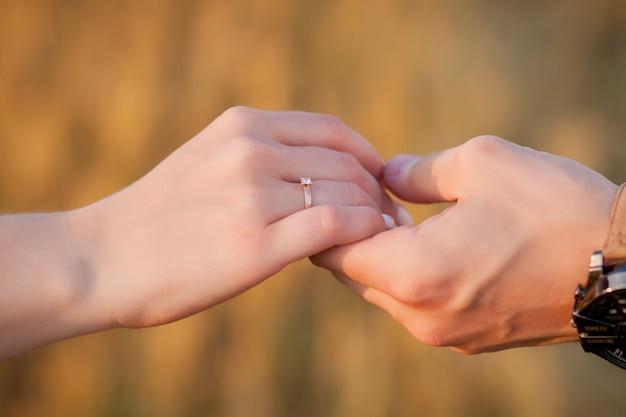 Feliz pareja joven en paja, concepto romántico de personas, hermoso paisaje, temporada de verano Foto Premium