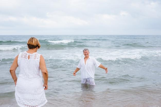 Feliz pareja senior en la playa Foto Premium