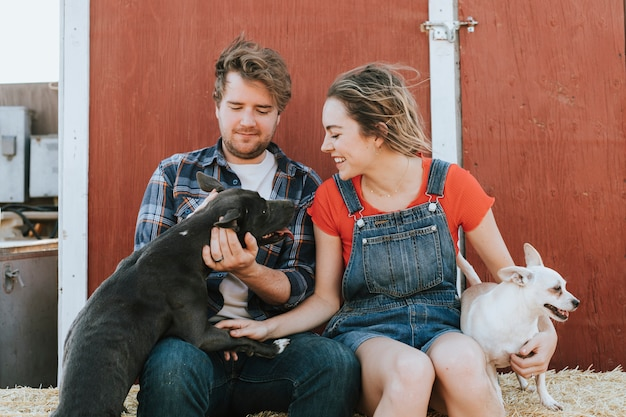 Feliz pareja viviendo con sus perros rescatados. Foto Premium