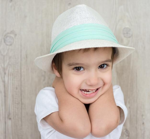 04d643f4 Feliz pequeño bebé niño con sombrero | Descargar Fotos premium