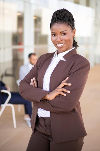 Feliz profesional femenino seguro Foto gratis