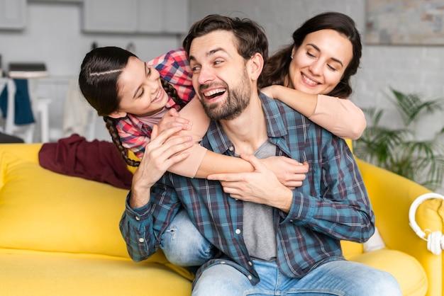 Feliz, sonriente, familia, vista delantera Foto Premium